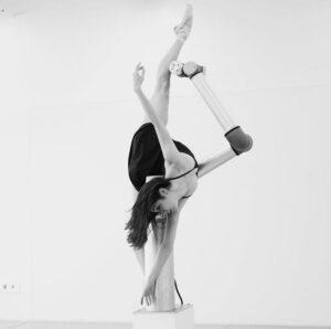 Merritt Moore dansar balett tillsammans med industriroboten Baryshnibot som hon programmerat själv