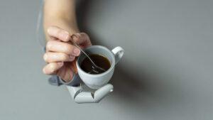 Rör om i ditt kaffe medan du håller i koppen med hjälp av en tredje tumme.